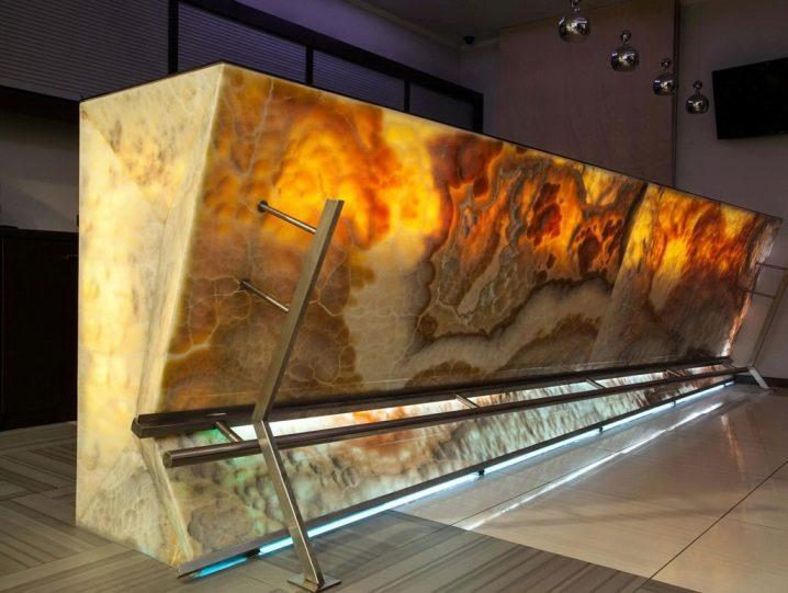 Камин из оникса с подсветкой