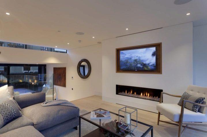 Камины под телевизором в интерьере гостиной