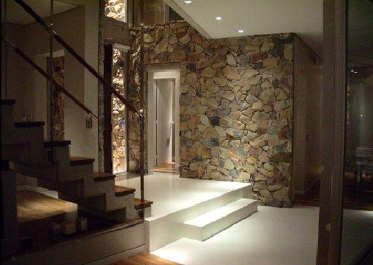 декоративный камень в интерьере лестницы