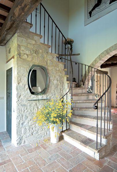 декоративный камень рядом с лестницей
