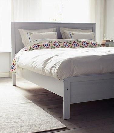 Белая двуспальная кровать от Икеа