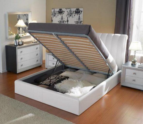 Белая кровать с подъемным механизмом