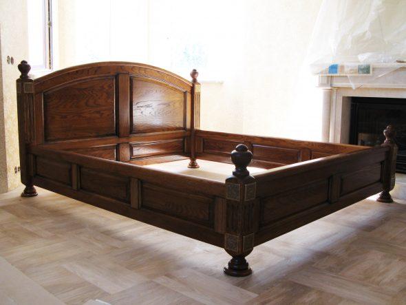 Фото кровати из древесного массива для двоих