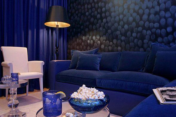 Избыток темно-синего в интерьере навевает ассоциацию с кинотеатром