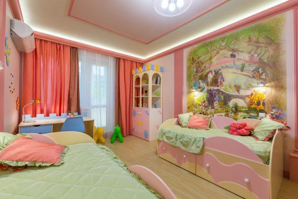 Кровать с выдвижными ящиками в детской комнате