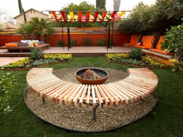 Правильно подобранная мебель из дерева органично вписывается в дизайн участка