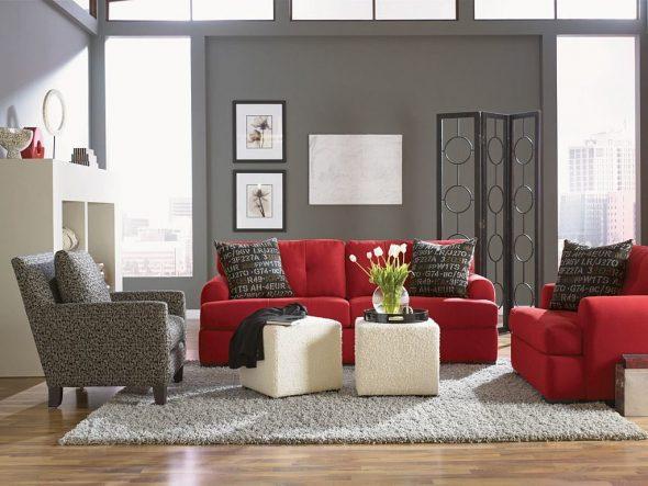 Прямой красный диван в интерьере с двумя креслами