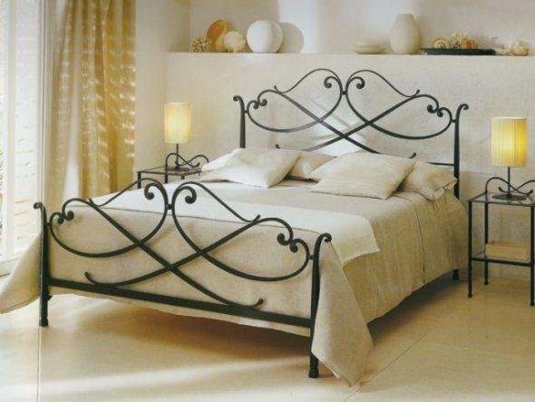 Современная кованая кровать в интерьере спальни изображения
