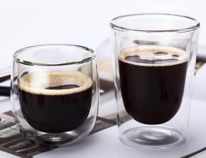 стаканы с двойными стенками с кофе