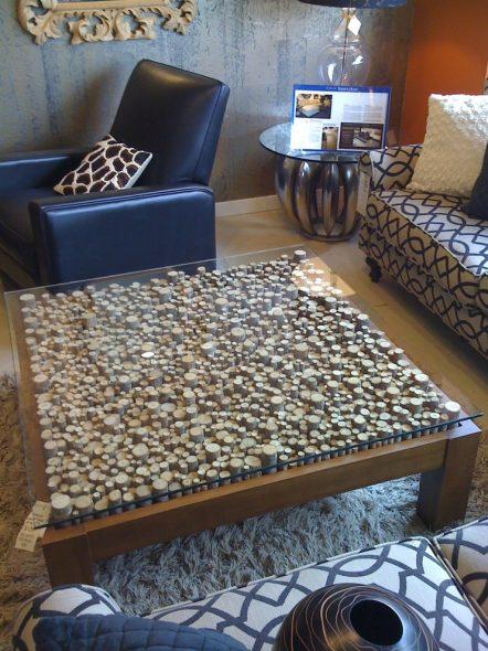 Журнальный столик из элемента ствола дерева на грубых деревянных ножках