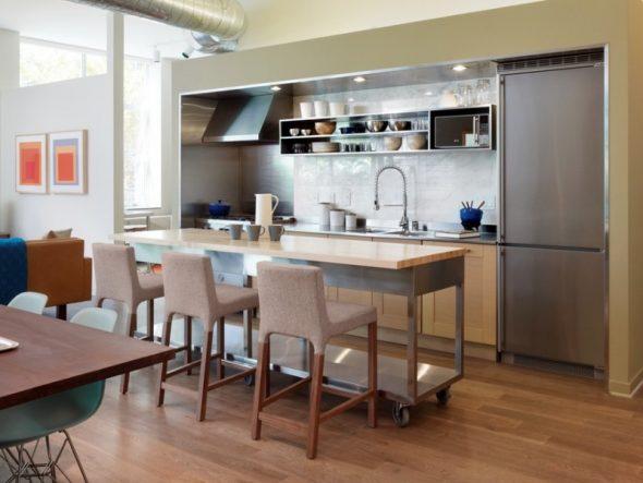 барные стулья в небольшой кухне