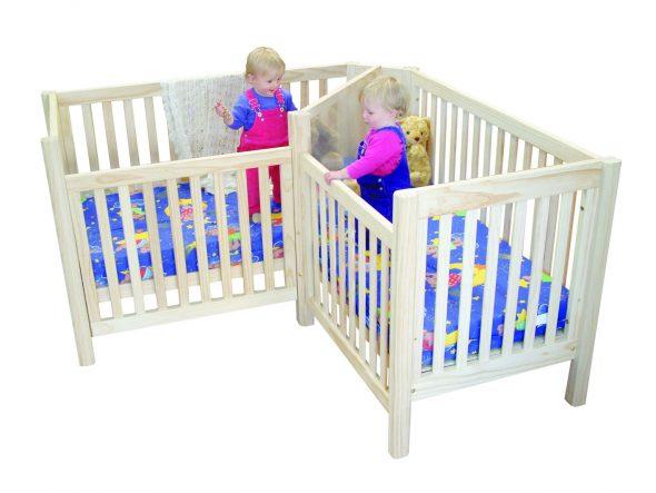 белая деревянная кровать для двойняшек