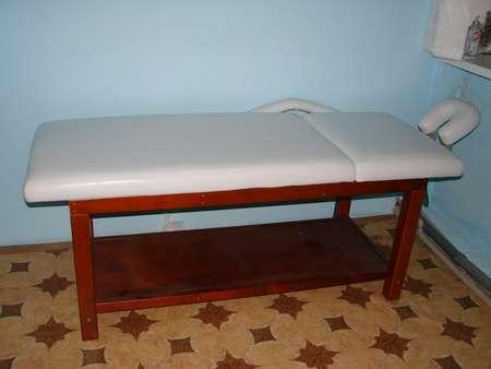 Белый стол с деревянным каркасом
