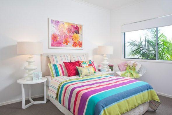 Много разноцветных подушек