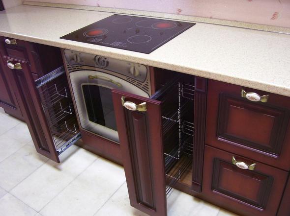Бутылочницы в кухонном гарнитуре или кастрюли ставят не только в тумбочку.
