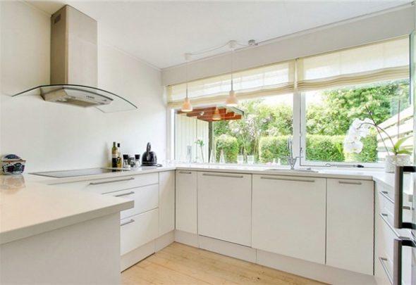 Одноуровневая кухня с большим окном