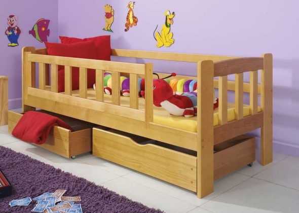 кровать с бортиками из дерева
