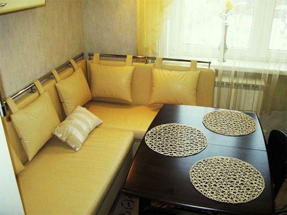 кухня с желтым диваном