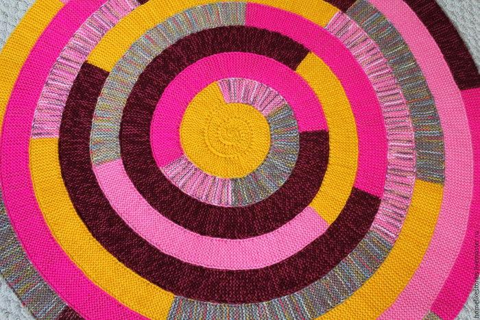 круглый вязаный коврик