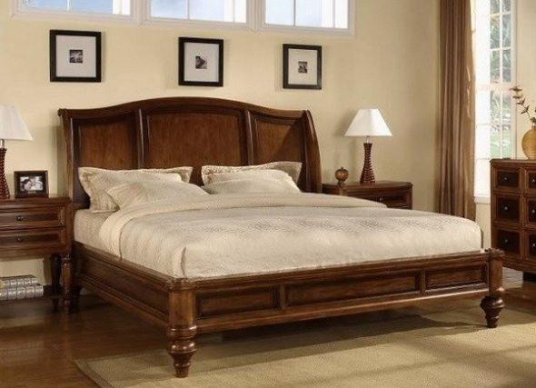 двуспальная кровать из массива дерева в интерьере