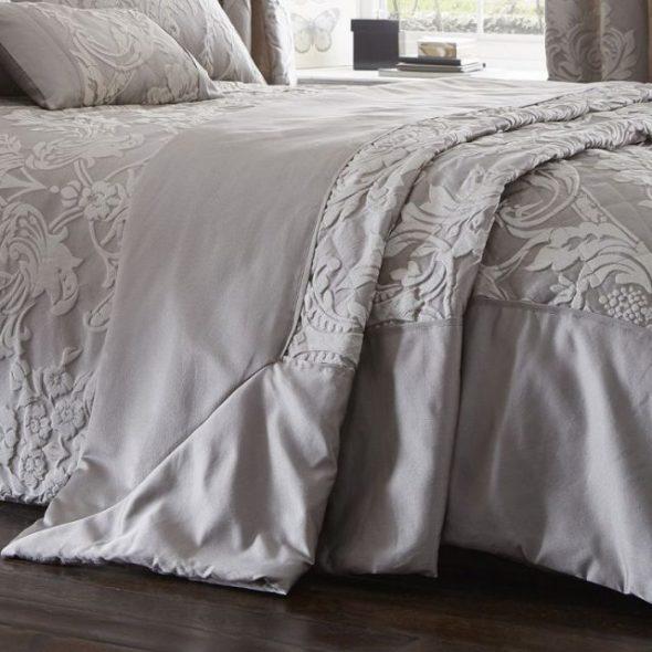 Красивая кровать для украшения спальни