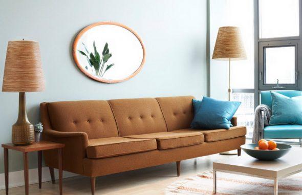 коричневый диван с голубыми подушками