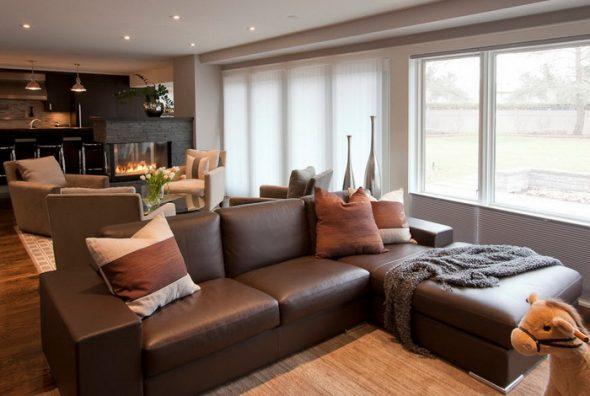 коричневый диван в зале