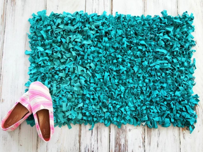 коврики из старых вещей на сетке фото