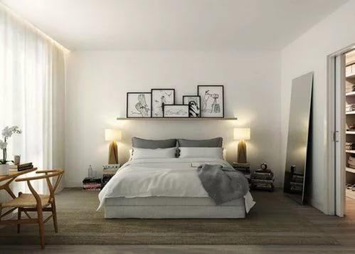 Красивая полка над кроватью под картины