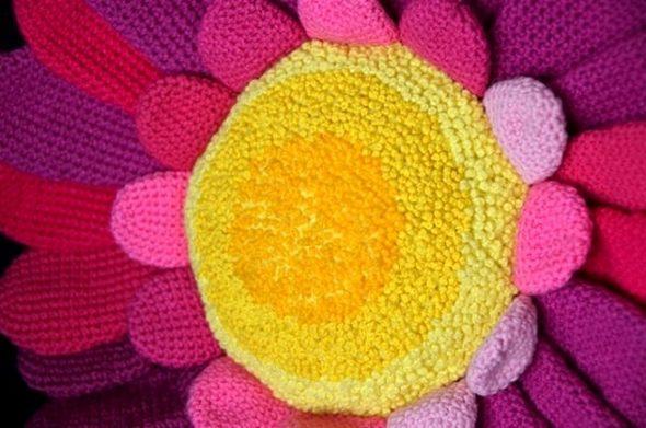 Красивая вязанная подушка