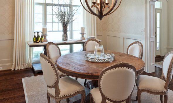 Красивый и вместительный деревянный стол
