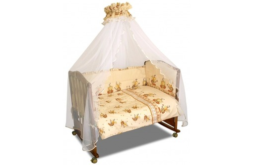 красивый комплект для детской кроватки