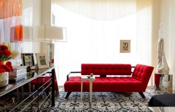 Красная кушетка в гостиной