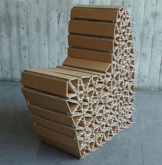Кресло из картонных треугольников