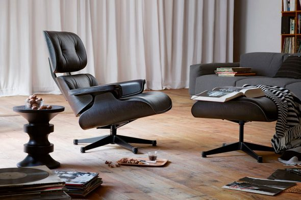 кресло с подставкой для ног в гостиной