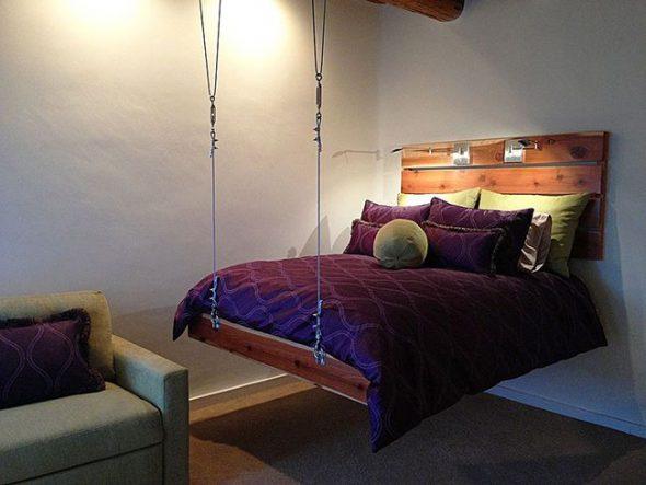 Кровать, прикрепленная к стене