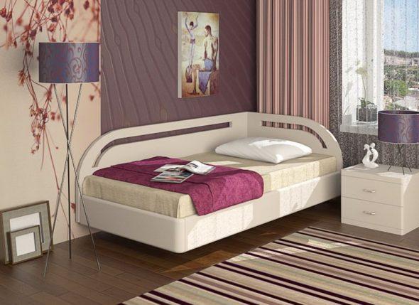 кровать в углу спальни