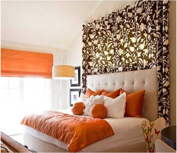 Кровать, украшенная подушками