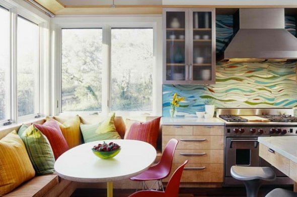 Круглый кухонный стол у окна