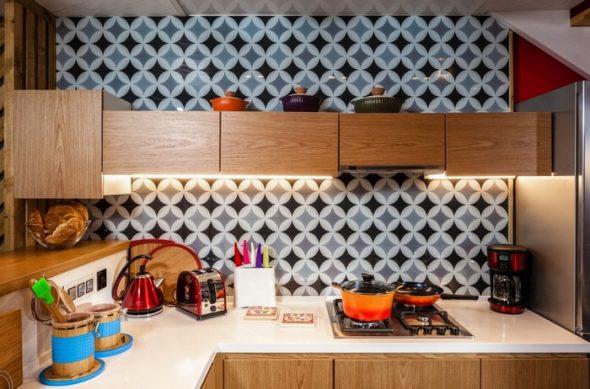 угловая кухня с геометрическим рисунком