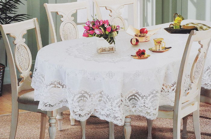 белая скатерть на овальном столе