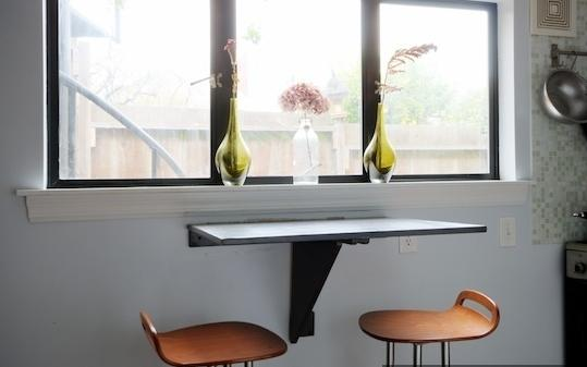 Маленький откидной столик у окна