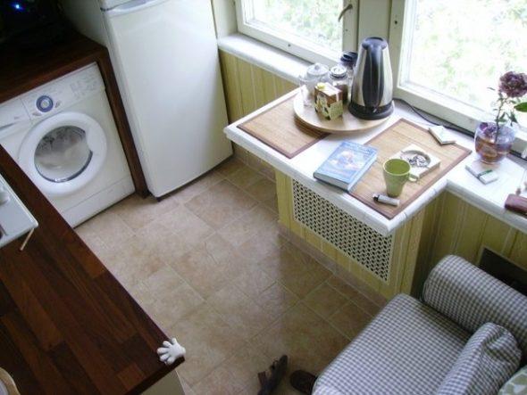 Миниатюрный стол-подоконник для малогабаритной кухни