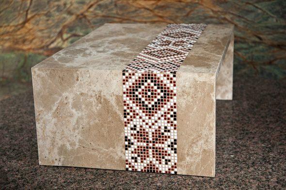 Мраморный столик в виде рушника
