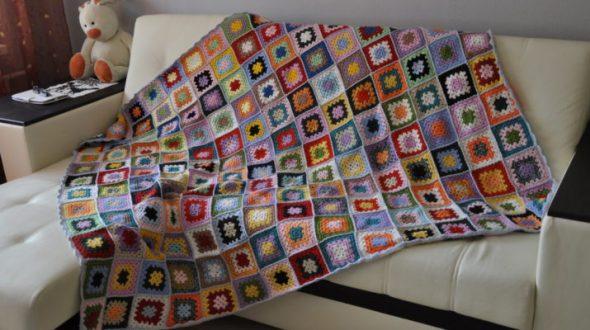 Необычное покрывало из разноцветных квадратиков