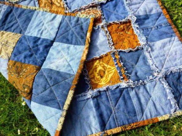 Одеяло сшитое из лоскутков тканей