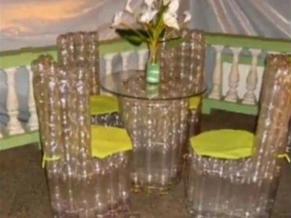 Пластиковые кресла с желтым декорированием