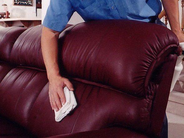 почистить диван салфеткой