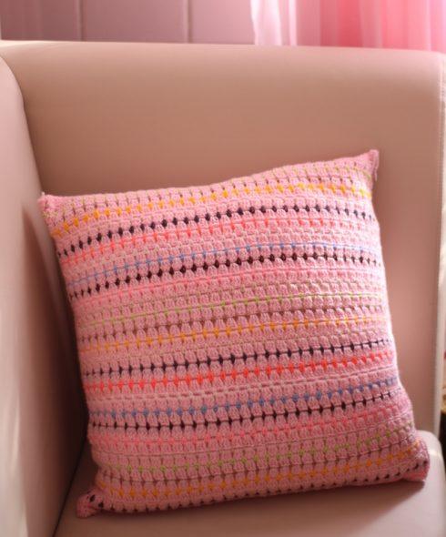 Розовая подушка с яркими полосками