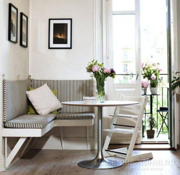 Простой уголок с мягкими съемными сиденьями